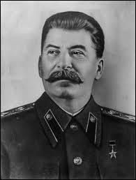Comment Staline accède-t-il au pouvoir ?