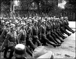 La population nazie est surveillée par :
