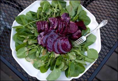Memère a apporté une salade de son jardin : Pour bien l'exploiter voici une idée décorative d'Hestia : Quelques betteraves au milieu de la salade de ...