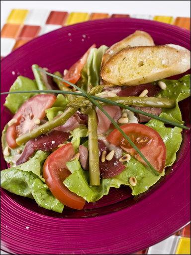 Voici la traditionnelle salade que Ferlie a préparée, avec du jambon de Bayonne, des magrets de canard fumés, des tomates, des asperges, et un peu de foie gras que Karl a apporté, et Nadvar a collaboré à la confection de ce mets en ajoutant la vinaigrette à l'huile de noix :