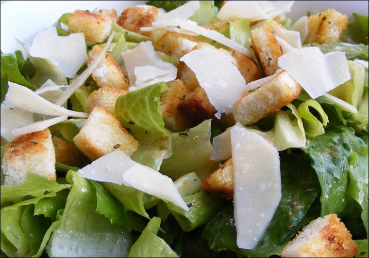 On commence à ne plus avoir faim, mais Yozzi s'est cassé la tête pour préparer une salade romaine surmontée de croûtons, oeufs durs et  lamelles de parmesan, nous allons donc la déguster avec plaisir :