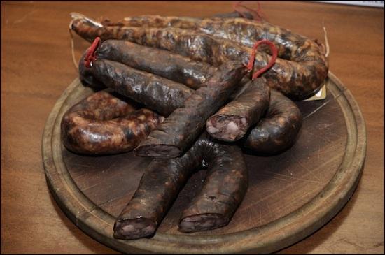 Spécialité corse, ces saussices sont excellentes au barbecue, c'est une idée de Viala, et c'est ml54 qui les fait griller !