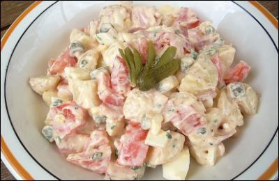 Voici une salade copieuse ! C'est moi qu'il l'ai faite et je n'ai pas oublié les cornichons, ni les dés de jambon ! Mais c'est Paris qui a monté la mayonnaise...