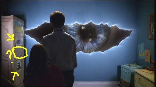 Après avoir ouvert la fissure du mur d'Amy, le Docteur y voit...