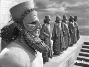 Philippe II avait le projet de monter une expédition contre la Perse, leur ennemie de toujours. Alexandre est conscient qu'elle représente une dangereuse rivale et reprend donc l'idée de son père en envoyant une armée de 40 000 hommes contre Darius III en 334 : Il leur fait subir une cuisante défaite en 333 lors de la bataille...