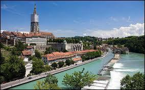 Je suis la capitale d'un pays limitrophe à la France, pourtant je ne suis que la 5e ville de mon pays et je suis peuplée d'un peu plus de 350 000 habitants. Je suis située dans le même pays que Zurich, Bâle ou encore Lausanne. Capitale d'un petit pays qui n'est pas dans l'Union européenne, je suis :