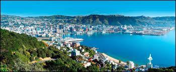Je suis la capitale d'un pays composé de nombreuses îles. Avec moins de 200 000 habitants, je ne suis que la troisième plus grande ville en termes de population. Chez nous, on parle anglais. Capitale d'un pays où l'on peut voir la ville appelée Hamilton, je suis :