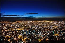 Je suis la capitale d'un pays sud-américain qui est limitrophe au Brésil et à l'Équateur notamment. Je suis la 3e capitale la plus haute du monde derrière La Paz et Quito. Peuplée d'environ 8 700 000 habitants, je suis :