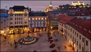 Je suis une ville peuplée de plus de 400 000 habitants. Je suis aussi appelée Presbourg. Les pays limitrophes au mien sont l'Autriche et la République tchèque à l'ouest, la Pologne au nord, la Hongrie au sud et l'Ukraine à l'est. Je suis traversée par le Danube. Capitale d'un pays faisant partie de l'Union européenne, je suis :