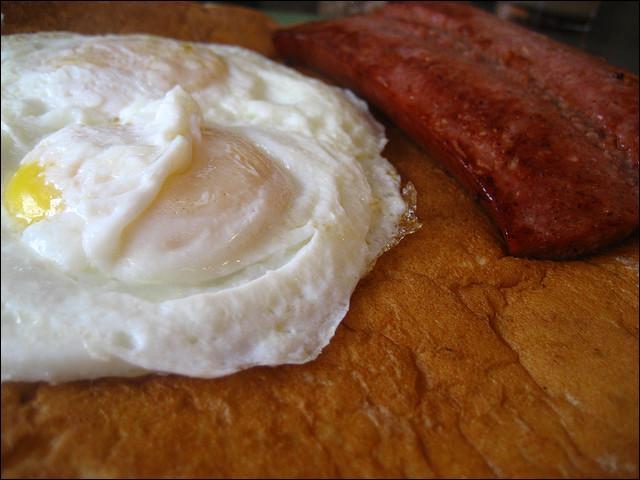 Dans quel pays ou région peut-on prendre le matin, un petit déjeuner dont les saucisses sont à base de caribou (ou renne, c'est la même chose)?