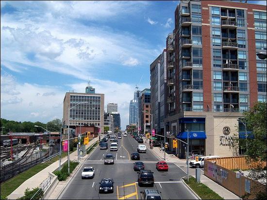 C'est au Canada, plus exactement à Toronto, que l'on peut emprunter Yonge street, la rue la plus longue du monde !