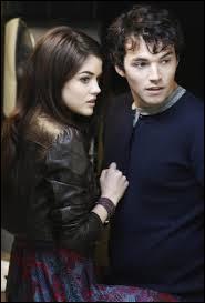 Dans quel endroit Aria et Ezra se rencontrent-ils ?