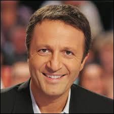Son vrai nom est Jacques Essebag, c'est un animateur de télévision, radio, homme d'affaires et producteur. Il est d'origine marocaine et est né le 10 mars 1 966. Il présente sur TF1,  Tout est permis ,  Les Enfants de la télé ,  A prendre ou à laisser ,  Ce soir avec Arthur ...C'est :