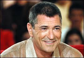 C'est un acteur, un humoriste et un réalisateur français né le 17 mai 1 954, il est maintenant âgé de 60 ans. Il est né en France à Fontaine-Luyères. Il s'appelle :