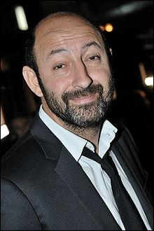 Il est acteur, humoriste et réalisateur français né en mars 1 964 en Algérie. Il a joué dans  Supercondriaque ,  Bienvenue chez les Ch'tis ,  Je vais bien, ne t'en fais pas . Il s'appelle :
