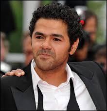 C'est un acteur, producteur et humoriste français d'origine marocaine. Il a joué dans  Astérix et Obélix ,  Poulain ,  Sur la piste du Marsupilami , et plein d'autres films. Cette personne a été victime d'un accident de la main droite. C'est :