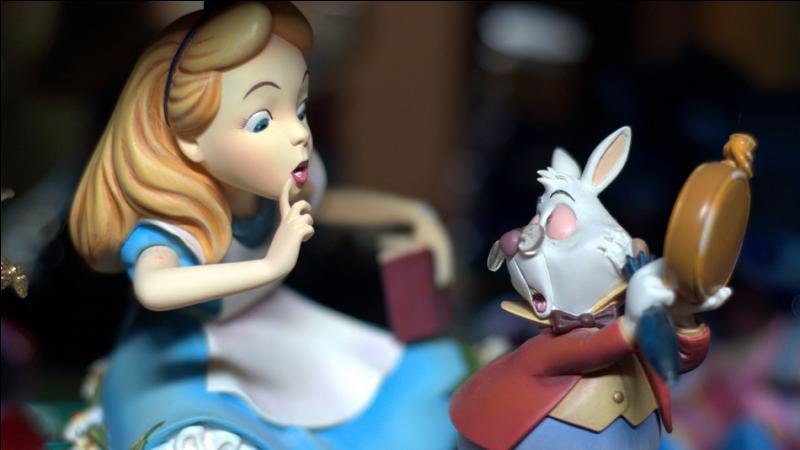 Dans ce film d'animation Disney, tiré du livre de Lewis Caroll, une jeune fille fait la connaissance d'un lapin blanc, comment s'appelle-t-elle ?