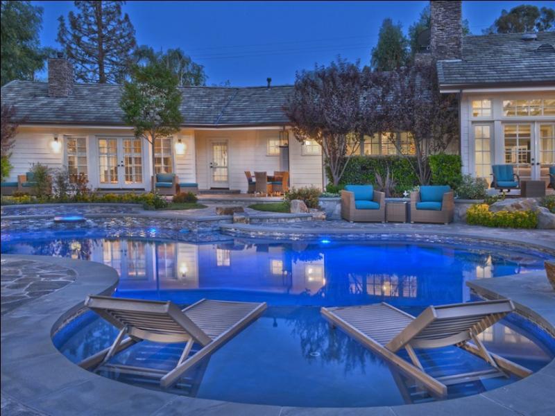 """A quelle star, née au Texas, qui s'est fait connaître dans """"Les Sorciers de Waverly Place"""", appartient cette maison de rêve, située à Los Angeles ?"""