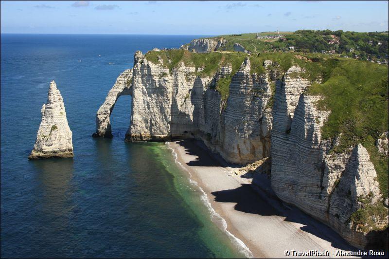 Les falaises d'Étretat, monuments de la nature culminant à 90 mètres au-dessus de la mer, sont constituées de calcaire datant du Crétacé.