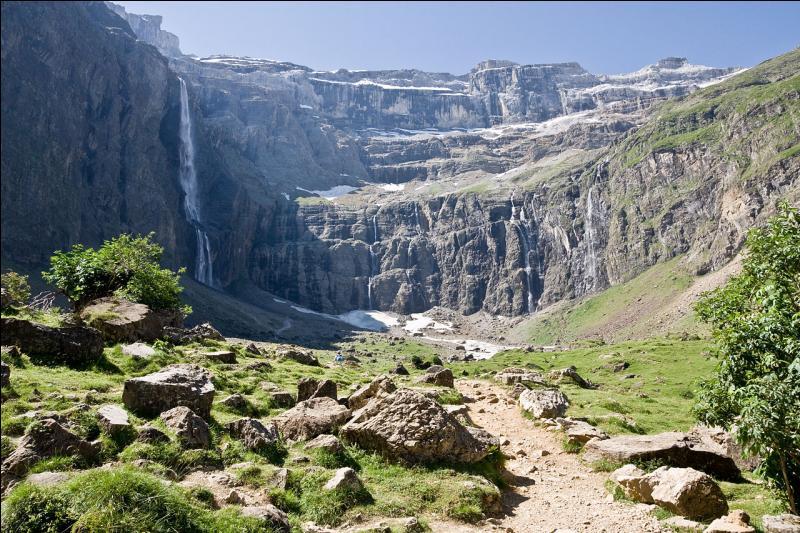 Le cirque de Gavarnie, cirque naturel de type glaciaire creusé au cœur des Pyrénées, mesure six kilomètres de diamètre et ses parois atteignent 1 500 mètres de haut !