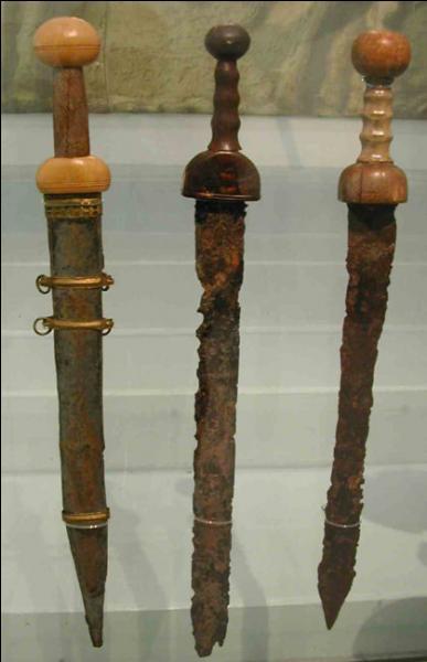 Cette arme est très ancienne, les romains l'appréciaient, quelle expression vous paraît convenir, (attention, la réponse est à double tranchant) ?