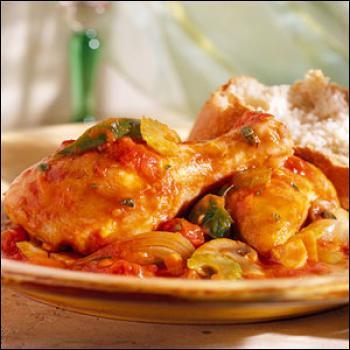 On nous sert un poulet préparé avec des champignons de Paris, du vin blanc, des échalotes, et des tomates :