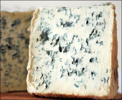 Le fromage arrive avec :