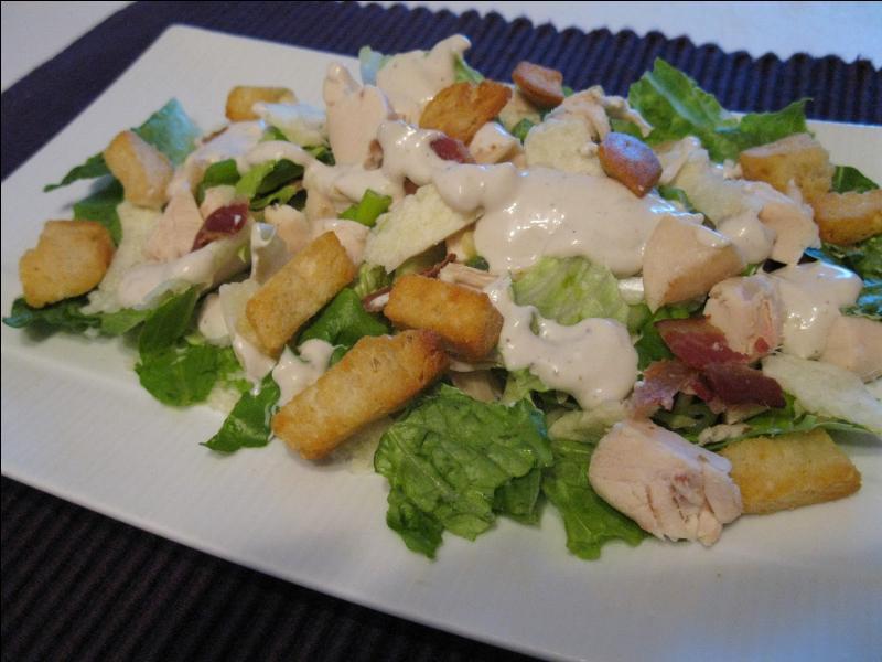 Bienvenue avec une salade César. Elle est composée de croûtons à l'aïl, oeufs mollets et parmesan, mais quelle salade emploie-t-on pour qu'elle  conserve son appellation ?