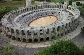 Ces arènes bâties par les Romains se trouvent en France, mais dans quelle ville ?