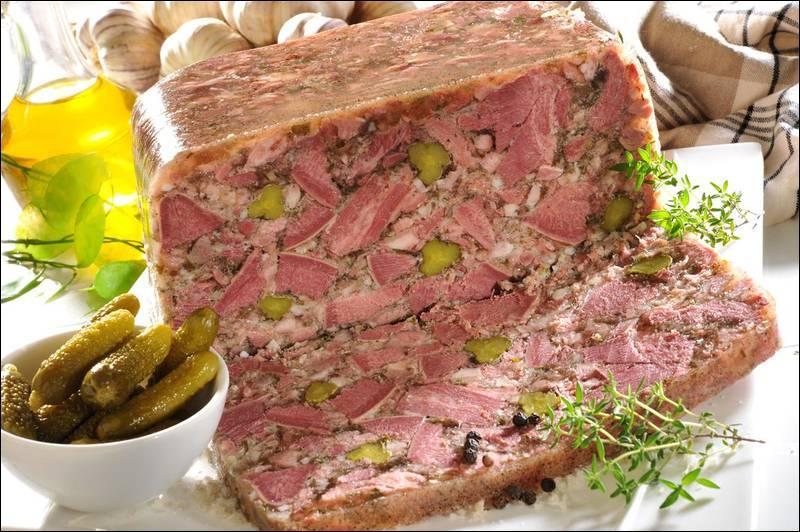 Quelle est cette charcuterie à base de porc, cuite avec des petits morceaux de carottes, de cornichons, d'échalote ou d'oignon, et moulée en gelée ?