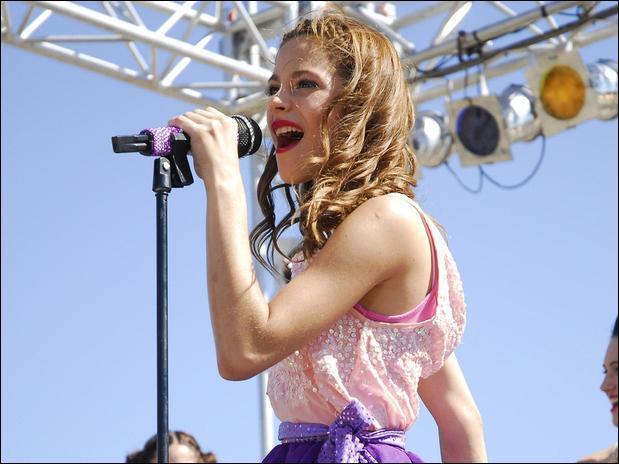 Passons à une chanson de Violetta. Dans cette chanson, elle parle de son monde; comment se nomme cette chanson ?