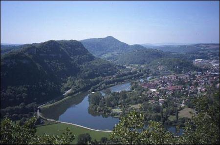 Sur les plateaux de quel massif vous trouvez-vous si vous êtes à Baumes-les-Dames, commune située dans le département du Doubs ?