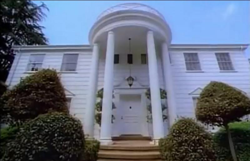 Qui arrive devant cette superbe villa à la fin du générique ?
