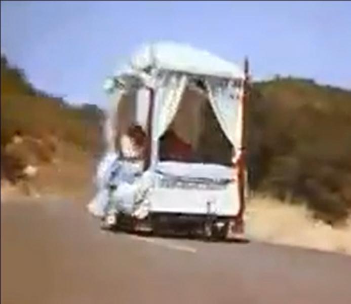 Dans le générique de quelle série aperçoit-on un lit à baldaquin dévaler une route à toute allure ?