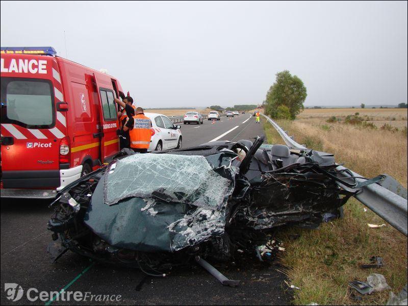 Un kit de sécurité est un ensemble d'équipements obligatoire en cas d'accident sur la route. Dans ce kit, on dispose du triangle de présignalisation, du gilet de sécurité et de 2 autres équipements ; lesquels ?