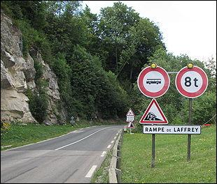 Je conduis sur cette route avec un camion pesant 10 tonnes ; est-ce que je peux continuer sur cette route ?
