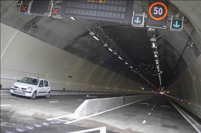 Je rentre dans ce tunnel, mais je ne sais pas à quelle vitesse je dois rouler.