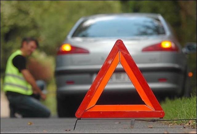 Voici un triangle de présignalisation qui sert à renforcer la sécurité des usagers qui sont en situation d'urgence lorsque leur voiture a un problème ; c'est un objet qui doit être vu par les autres usagers de cette route. Mais à quelle distance de la voiture ou d'un obstacle cet objet doit-il être positionné ?