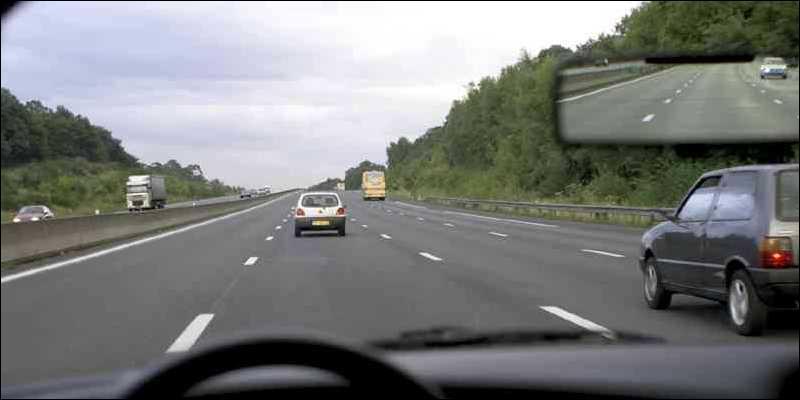 La voiture blanche devant moi roule à 130 km/h, est-ce que je peux doubler cette voiture ?