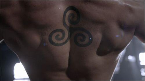 Que représente le tatouage de Derek ?