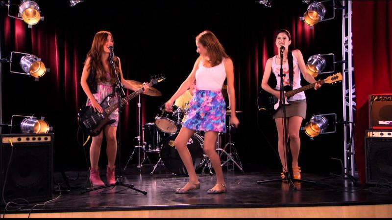 Sur cette image, Violetta et ses amies ont fait une chanson mais dans la saison 1, comment s'appelle-t-elle ?