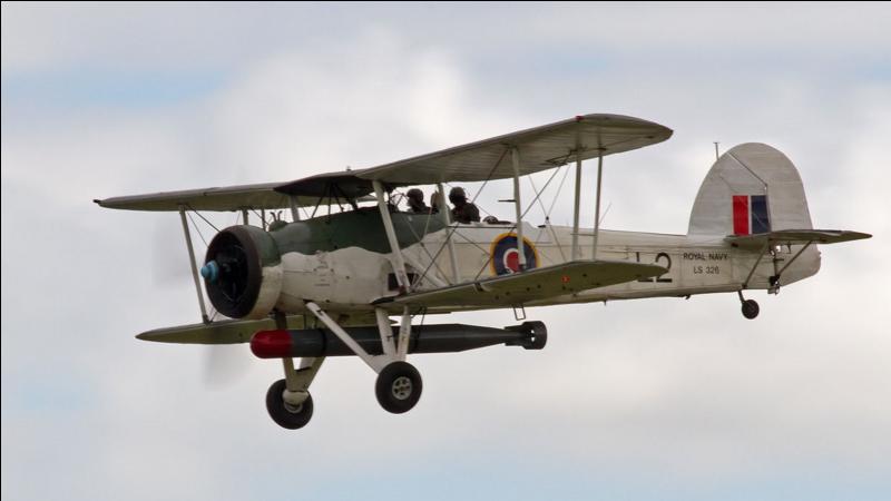 Cet avion, dès sa sortie, était un bombardier totalement obsolète. Il ne fut pas engagé comme bombardier, mais fut utilisé comme avion bombardier-torpilleur. Il marquera l'histoire pour sa participation à une bataille navale, vitale pour les Anglais, contre un cuirassé allemand. Son nom veut dire espadon. Quel est cet avion ?