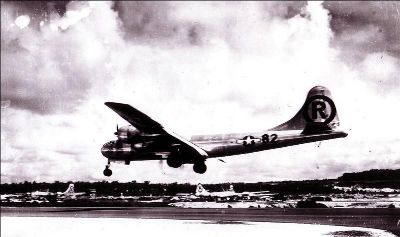 Ce bombardier portait le nom de la mère du commandant. Il est connu pour avoir été l'avion qui a réussi le 1e bombardement atomique de l'histoire ! Quel est ce nom et de quel type d'avion parle-t-on ?