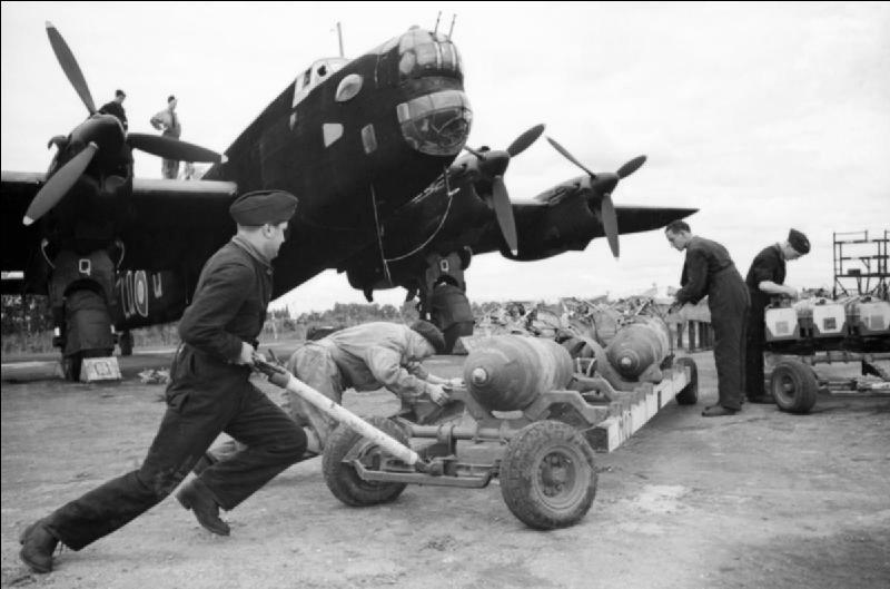 A vous de trouver le nom de cet avion qui aurait dû être un bimoteur (à la demande de la Raf), mais qui devint dès le début des études un quadrimoteur. Il entra en service actif au début de l'année 1941.