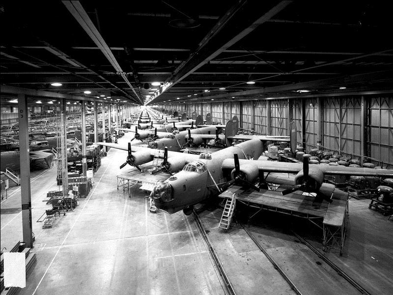 Il détient encore le record de l'avion américain le plus produit avec 19 200 exemplaires. La France en avait acheté mais, à la défaite, les Anglais récupèrent les avions. Il subit un échec majeur lors du bombardement des champs pétrolifères de Ploiești, en Roumanie. Quel est cet avion ?
