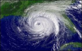 Un cyclone est une grande zone où l'air atmosphérique est en rotation. Autour de quoi se fait la rotation ?