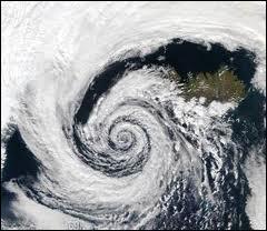 Un cyclone polaire est une dépression passant en Arctique et Antarctique d'une très grande envergure. Combien de kilomètres cette envergure peut-elle atteindre ?