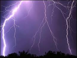 La foudre est une violente décharge électrique, mais quel ampérage celle-ci peut-elle atteindre du minimum au maximum ?