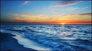 """D'autres préfèrent rester """"allongés sur la plage, les cheveux dans les yeux et le nez dans le sable"""" car """"oh, mon Dieu, quelle chance ! """", il y a, comme dans la chanson de François Deguelt, ... (lien pour clip)"""