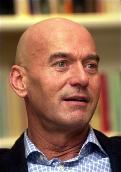 Cet homme politique néerlandais a fondé un parti classé habituellement à l'extrême-droite. Il a été assassiné en 2002. Comment s'appelle-t-il ?